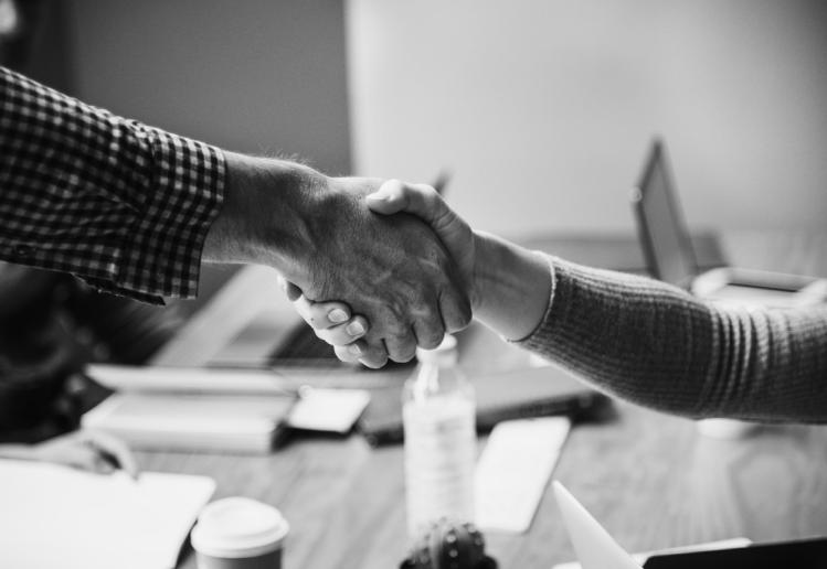 Afbeelding van 2 mensen die elkaar de hand schudden